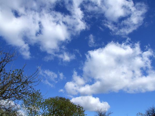 Leicht bewölkter Himmel