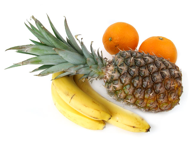 Ananas mit Bananen und Orangen