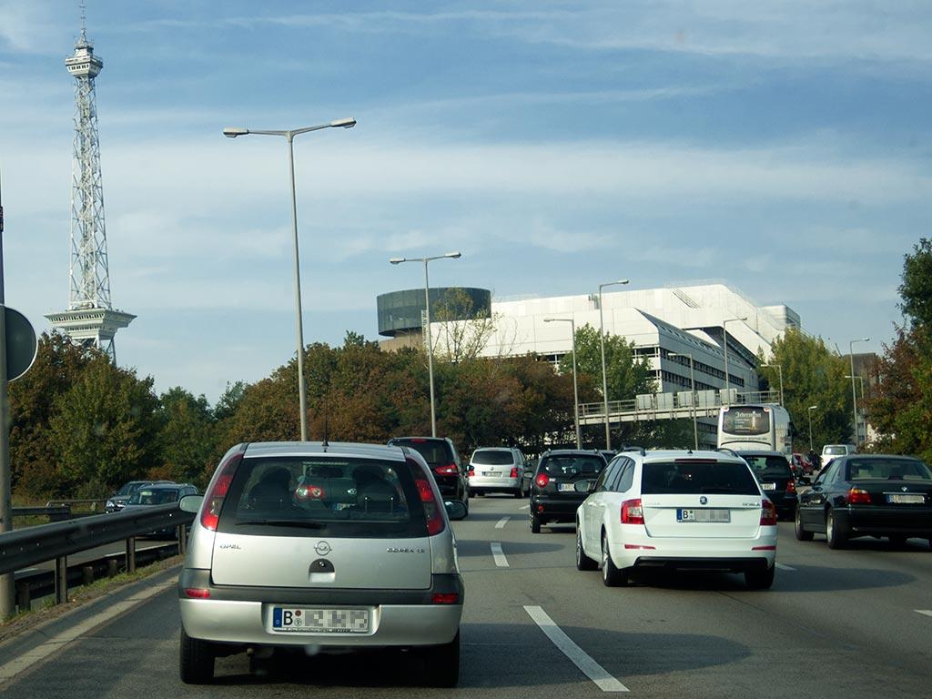 Berlin: Stau auf der Stadtautobahn am Funkturm