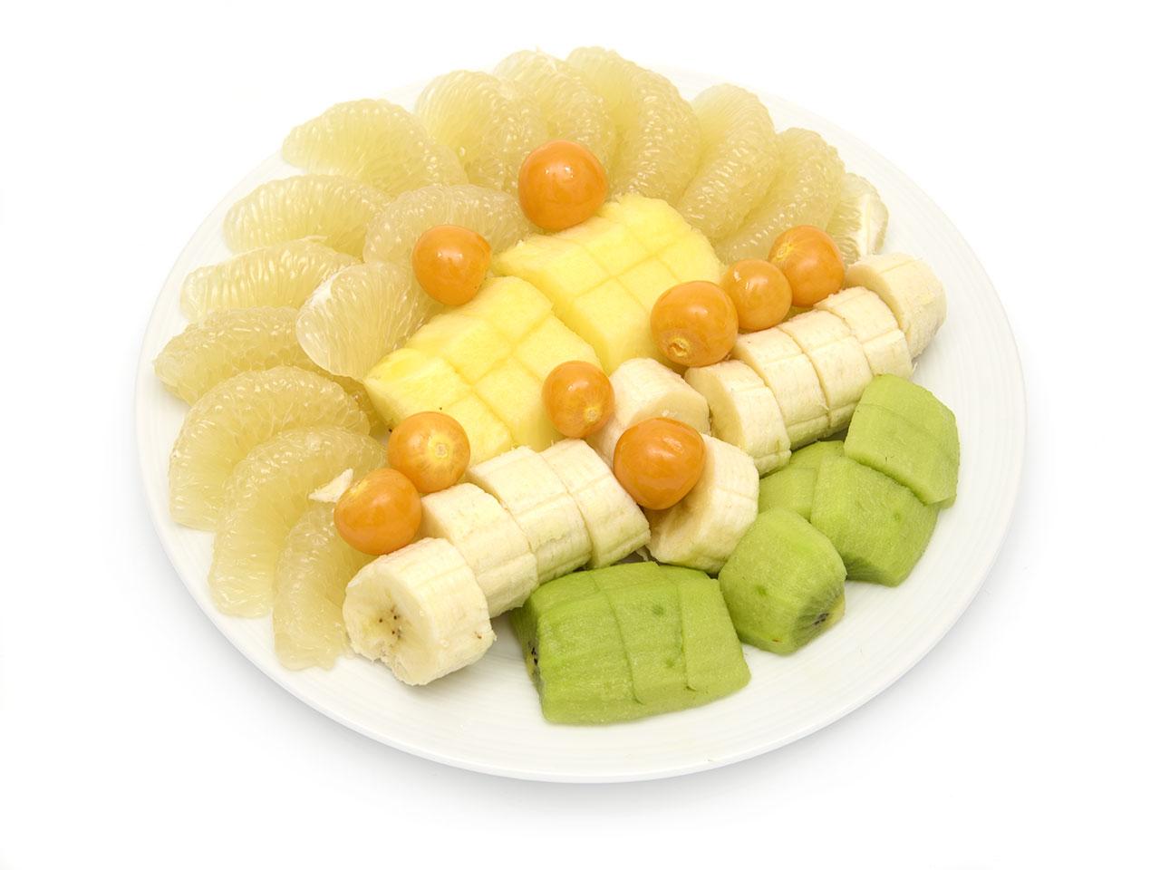 Obstteller: Ananas, Banane, Sweetie, Physalis und Kiwi