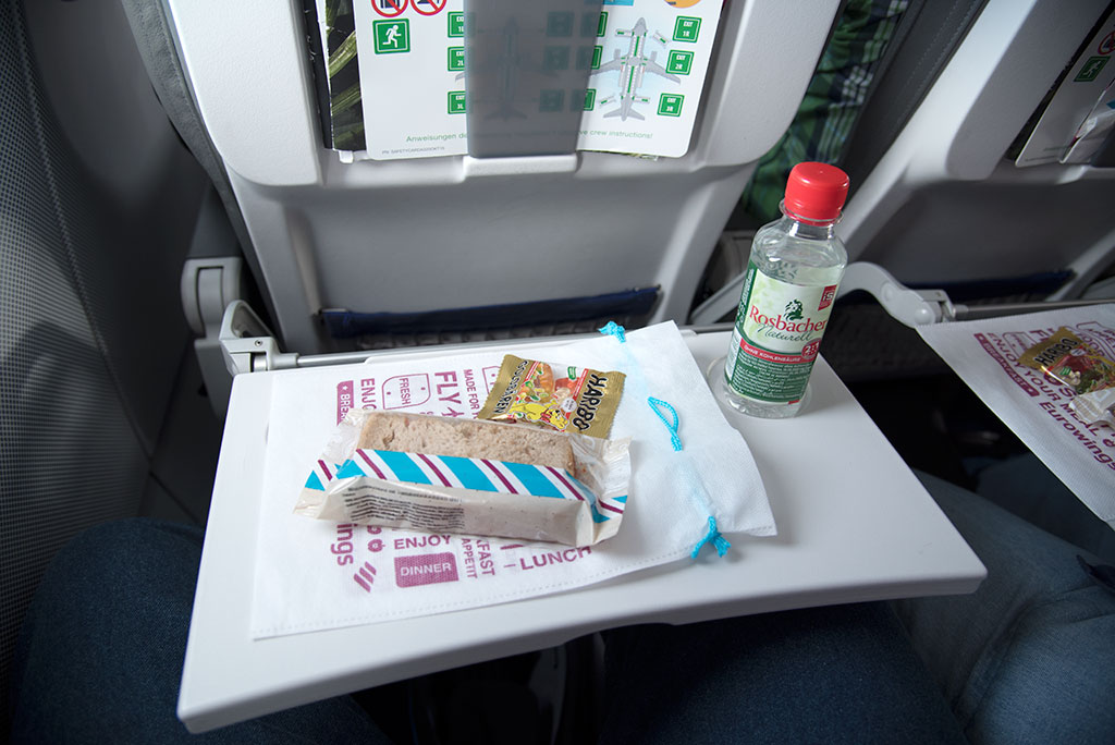 Flug nach Wien – Eurowings Snack und Getränk