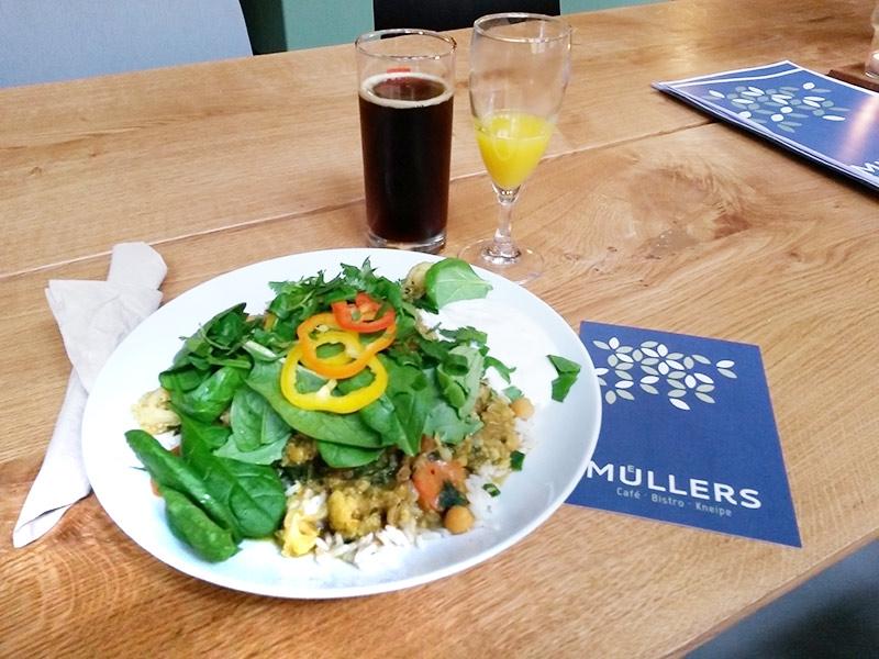 Blumenkohl-Dal mit Aprikosen, Spinat und Reis