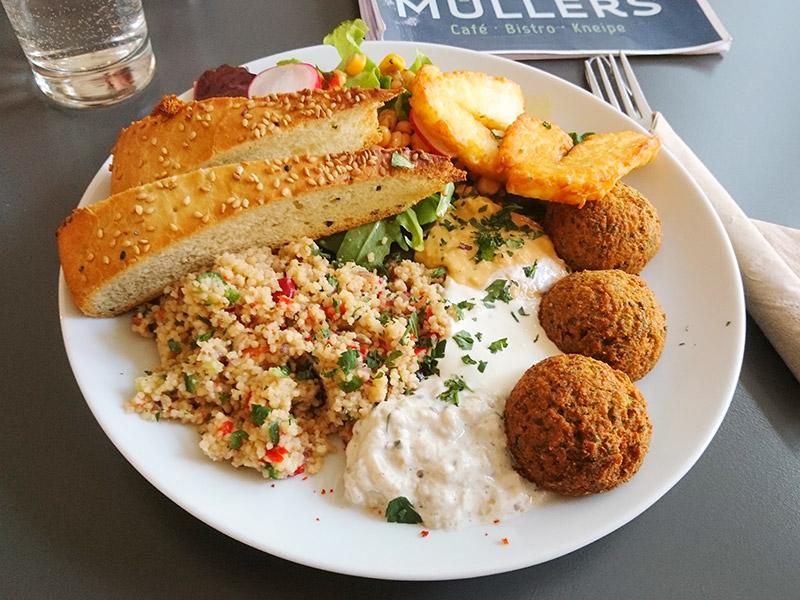 MÜLLERS Cafe-Bistro-Kneipe in Schwerin – Falafel-Halloumi-Teller