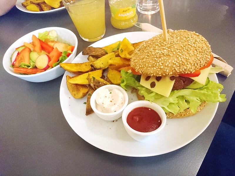 MÜLLERS Café-Bistro-Kneipe in Schwerin – Grünkern-Burger-Menü mit Kartoffelspalten