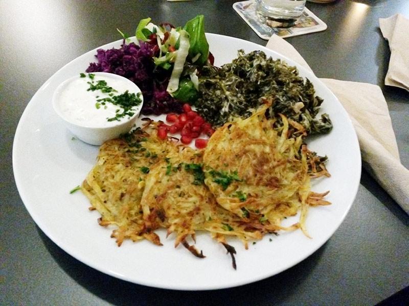 Kartoffelpuffer mit Grünkohl und Kräuterquark
