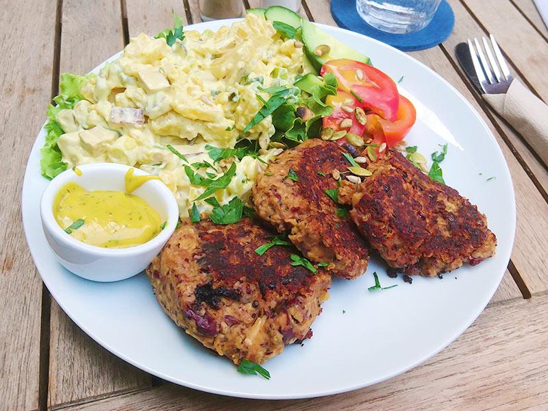 MÜLLERS Cafe-Bistro-Kneipe in Schwerin – Kartoffelsalat mit Kidneybohnen-Bratling und Senf-Dill-Soße