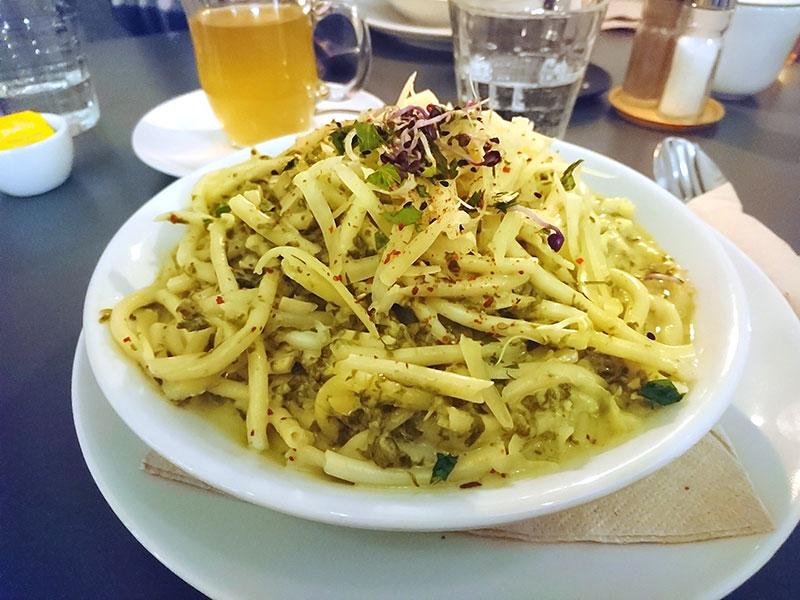 MÜLLERS Café-Bistro-Kneipe in Schwerin – Maccaroni mit Spinat-Mandel-Sauce und Bergkäse