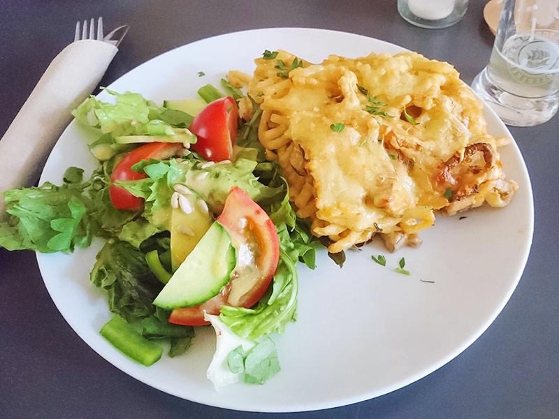 MÜLLERS Cafe-Bistro-Kneipe in Schwerin – Makkaroni-Gratin mit Champignons und Salat