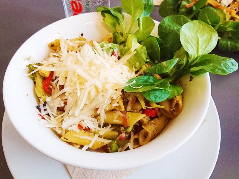 MÜLLERS Cafe-Bistro-Kneipe in Schwerin – Penne mit Broccoli & gebratener Paprika