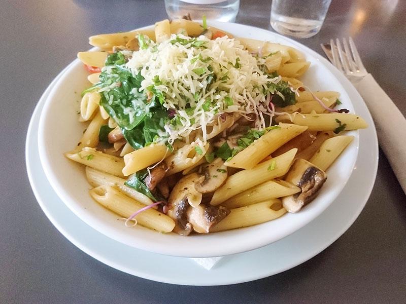 MÜLLERS Cafe-Bistro-Kneipe in Schwerin – Penne mit Champignons, Tomaten und geriebenem Käse
