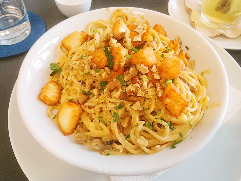 MÜLLERS Cafe-Bistro-Kneipe in Schwerin – Spaghetti mit Champignons, Halloumi und Walnüssen