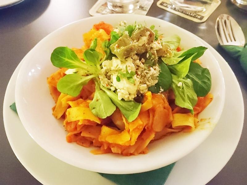 MÜLLERS Cafe-Bistro-Kneipe in Schwerin – Tagliatelle in Ofengemüse mit Feta und Oliven