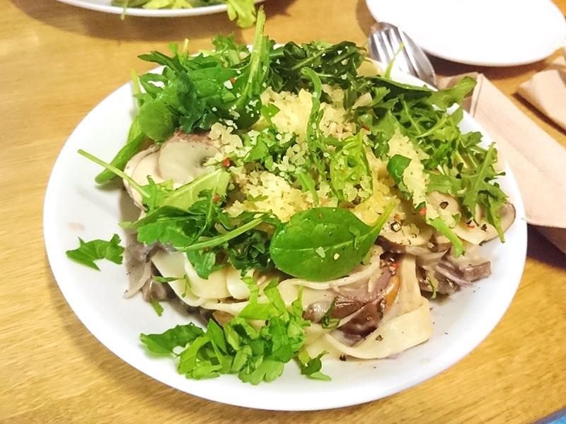 MÜLLERS Cafe-Bistro-Kneipe in Schwerin – Tagliatelle mit Pilzragout und geriebenem Käse