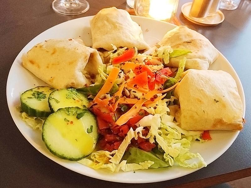 MÜLLERS Cafe-Bistro-Kneipe in Schwerin – Gefüllte Tortilla mit Bohnen, Avocado & Tomatensalsa