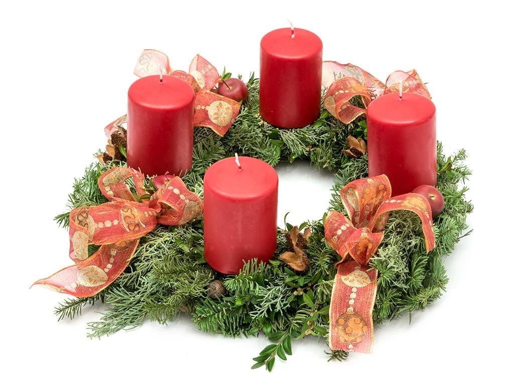 Adventskranz 2017 mit vier roten Kerzen