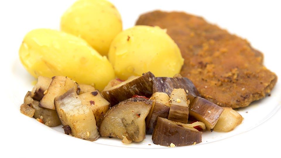 Auberginengemüse mit Kartoffeln und Schnitzel