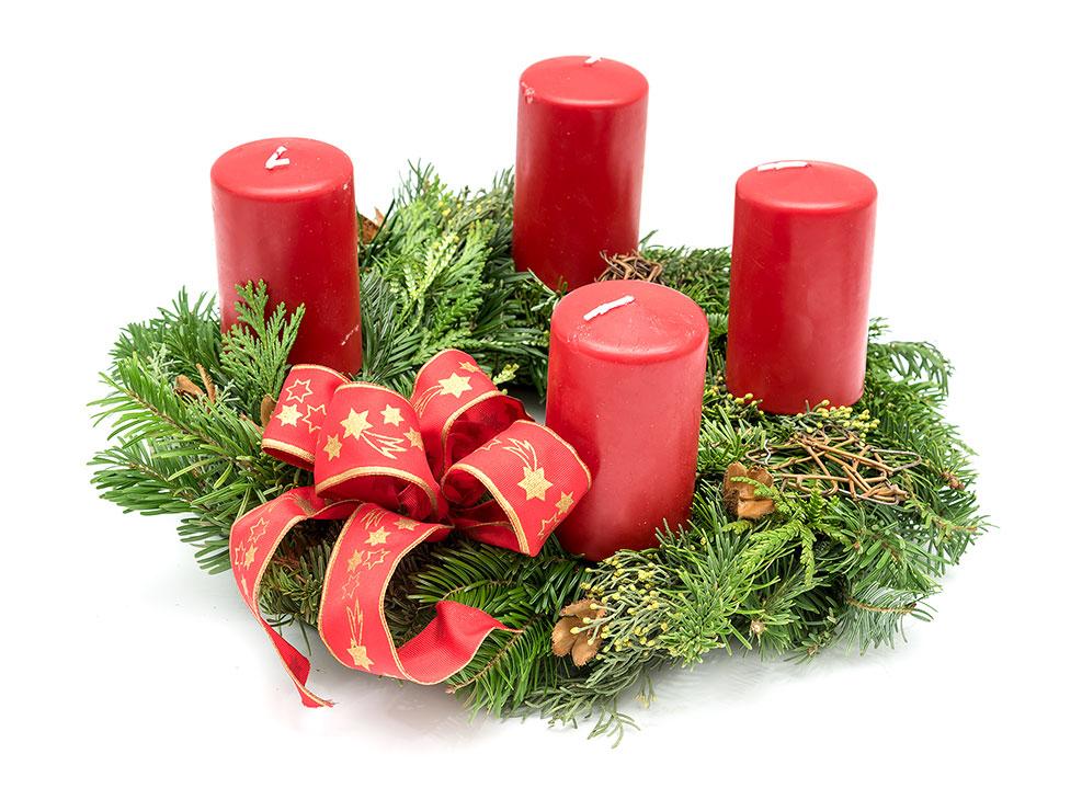 Adventskranz 2018 mit vier roten Kerzen